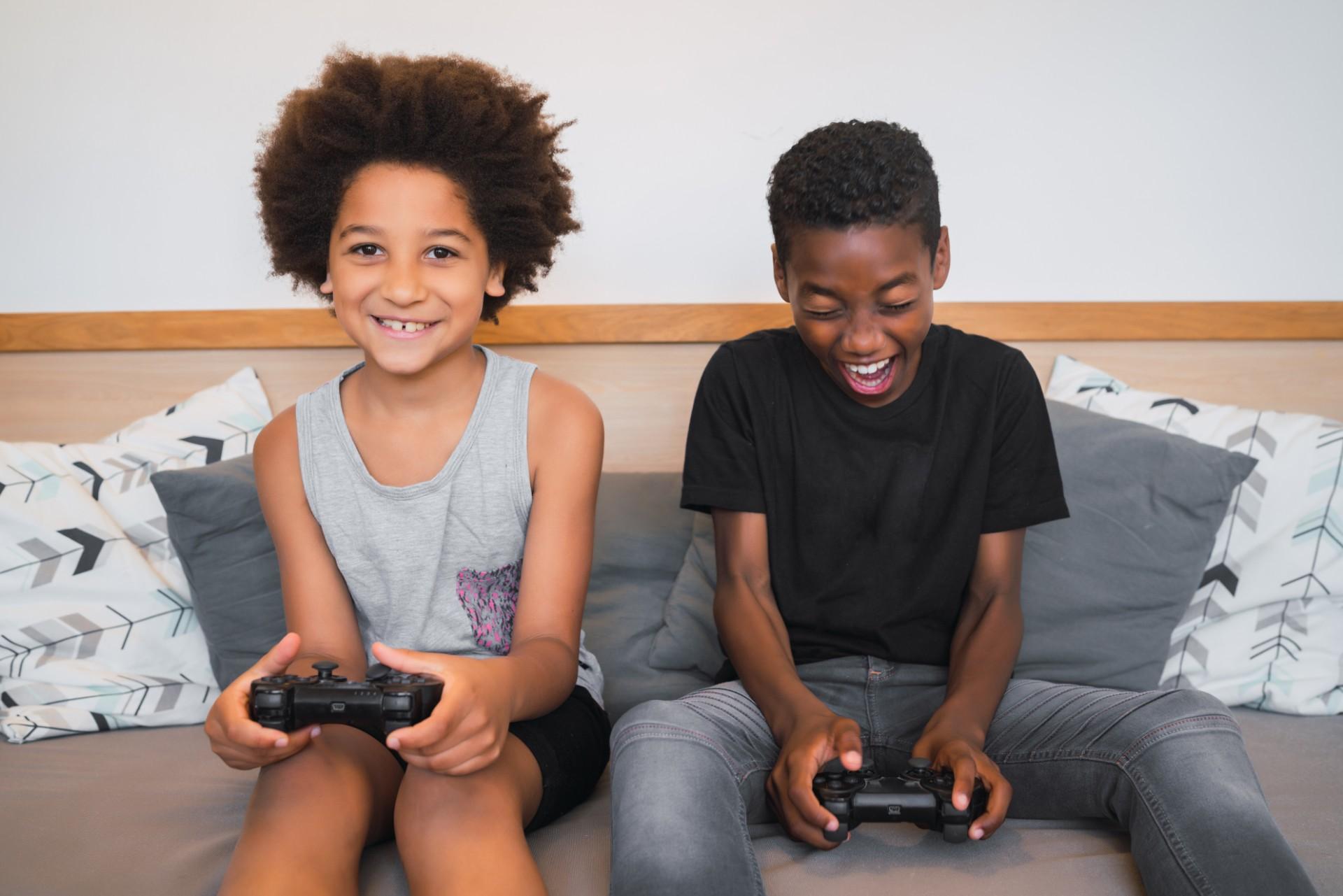 Deux enfants jouent à la console de jeux